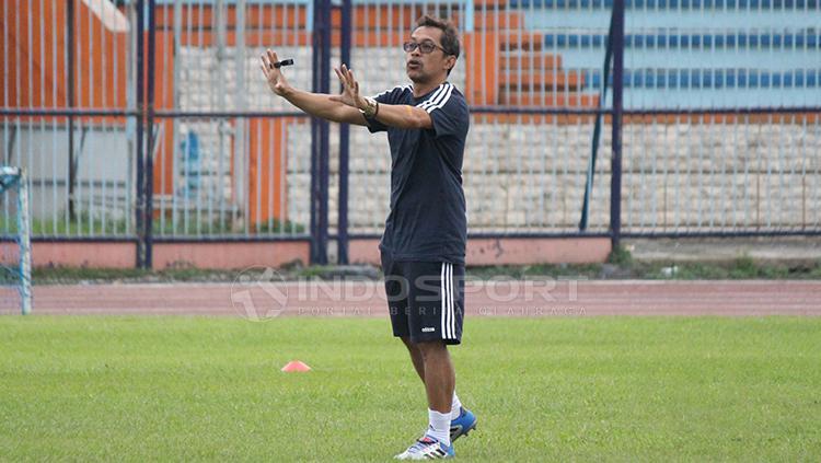 Aji Santoso memimpin anak didiknya latihan di Stadion Surajaya, Lamongan. Senin (11/2/19). Copyright: Fitra Herdian/Indosport