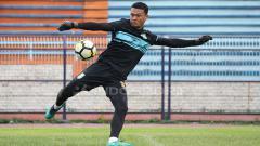 Indosport - Dian Agus Prasetyo saat mengikuti latihan perdana Persela. Senin (11/2/19).