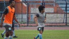 Indosport - Kei Hirose saat mengikuti latihan Persela. Senin (11/2/19).