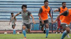 Indosport - Kei Hirose memperlihatkan kemampuannya dalam mini games saat latihan di Stadion Surajaya. Senin (11/2/19