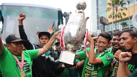 Thropy Piala Soeratin dibawa ke Lapangan Karanggayam. Minggu (10/02/19). - INDOSPORT
