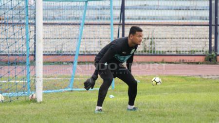 Dian Agus Prasetyo melakukan pemanasan sebelum latihan di Stadion Surajaya, Lamongan, Senin (10/02/19). - INDOSPORT