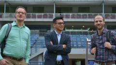Indosport - Direktur PT Persib Bandung Bermartabat, Teddy Thahjono bersama delegasi AFC di Stadion GBLA.