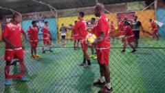 Indosport - Skuat Persipura saat berlatih ringan di lapangan futsal.