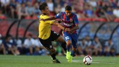 Indosport - Duel Ryuji Utomo dengan pemain Newcastle Jets