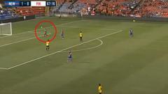 Indosport - Aksi Andritany saat turun memperkuat Persija melawan Newcastle Jets.