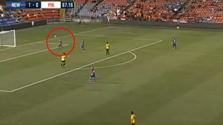 Aksi Andritany saat turun memperkuat Persija melawan Newcastle Jets. - INDOSPORT