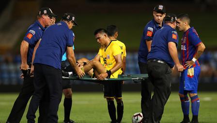 Sandi Darman Sute ditandu keluar lapangan karena cedera.