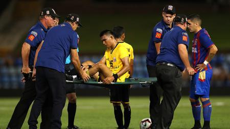 Sandi Darman Sute ditandu keluar lapangan karena cedera. - INDOSPORT