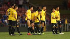 Indosport - Para pemain Persija tertunduk lesu selepas pertandingan.