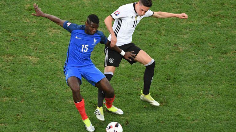 Gelandang Timnas Prancis, Paul Pogba (kiri) vs Julian Draxler, gelandang Timnas Jerman saat di Euro 2016 lalu. Copyright: SkySports