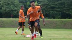 Indosport - Suhandi latihan bersama para pemain PSS Sleman.