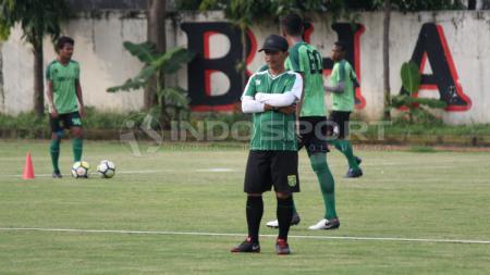 Djajang Nurdjaman memimpin latihan Persebaya di Lapangan Polda Jatim, Selasa (12/02/19). - INDOSPORT