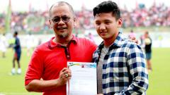 Indosport - Gelandang Timnas Indonesia U19 tersebut ditemani Direktur PT. Polana Bola Madura Bersatu (PT. PBMB) Ziaul Haq menyapa suporter Madura Bersatu yang hadir langsung ke stadion