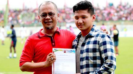 Gelandang Timnas Indonesia U19 tersebut ditemani Direktur PT. Polana Bola Madura Bersatu (PT. PBMB) Ziaul Haq menyapa suporter Madura Bersatu yang hadir langsung ke stadion - INDOSPORT
