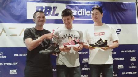 Peluncuran Sepatu DBL dihadiri oleh Azrul Ananda (Founder & CEO DBL Indonesia), Abraham Damar Grahita (atlet Timnas Basket Putra Indonesia), Kim Pan Seung (Direktur A1 Ardiles) - INDOSPORT