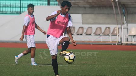 Heru Setiawan alias Eto'o ketika mengontrol bola. - INDOSPORT
