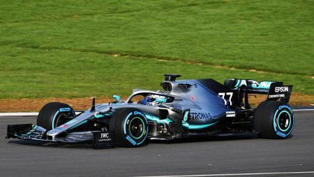 Pembalap Mercedes, Lewis Hamilton berhasil meraih pole position usai menjadi yang tercepat di sesi kualifikasi Formula 1 (F1) GP Inggris, Sabtu (01/08/20). - INDOSPORT