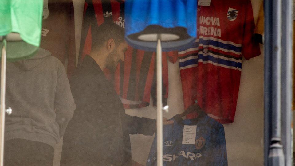 Ilkay Gundogan terciduk membeli jersey Manchester United saat jalan-jalan Copyright: Sun Sport