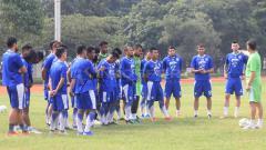 Indosport - Pelatih Persib Bandung, Miljan Radovic memberikan materi latihan dengan intensitas yang cukup tinggi di Lapangan Saraga ITB, Kota Bandung, Kamis (14/02/2019).