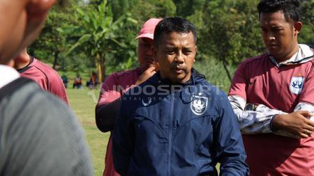 Jafri Sastra memberikan arahan dalam latihan resmi PSIS di Lapangan Yayasan Terang Bangsa, Semarang. - INDOSPORT
