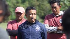 Indosport - Pelatih PSIS, Jafri Sastra memberikan arahan dalam latihan resmi PSIS di Lapangan Yayasan Terang Bangsa, Semarang