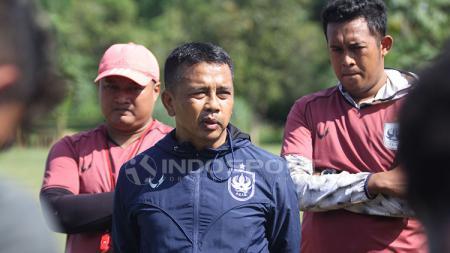 Pelatih PSIS, Jafri Sastra memberikan arahan dalam latihan resmi PSIS di Lapangan Yayasan Terang Bangsa, Semarang - INDOSPORT