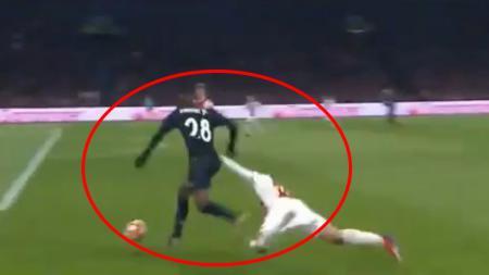 Pemain Ajax berusaha menghentikan aksi Vinicius Junior - INDOSPORT