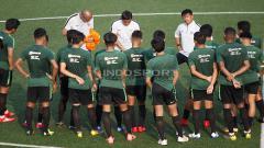 Indosport - Penggawa Timnas tengah mendengarkan instruksi dari Indra Sjafri.