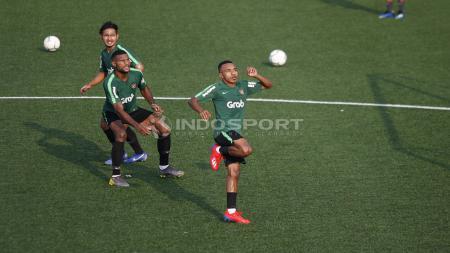 Todd Ferre dan Marinus Wanewar mengambil bola atas dalam sesi latihan di Lapangan ABC Senayan, Jakarta. - INDOSPORT