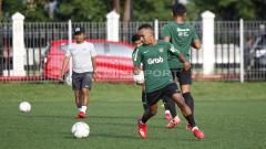 Indosport - Todd Ferre dalam sesi pengontrolan bola dalam sesi latihan.