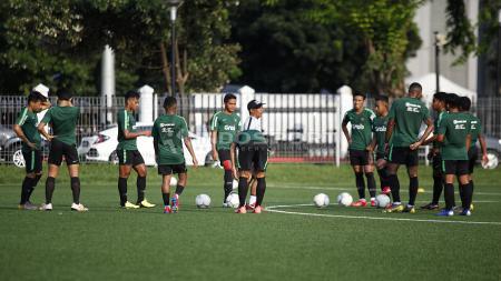 Situasi latihan Timnas Indonesia U-22 di Lapangan ABC Senayan, Jakarta. - INDOSPORT