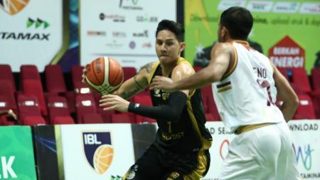 Pemain Bogor Siliwangi berusaha melewati pemain Hangtuah Sumsel - INDOSPORT