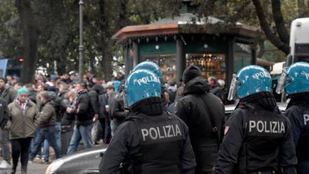 Sejumlah polisi berkumpul untuk mengamankan pertandingan Lazio vs Sevilla. - INDOSPORT