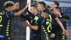 Indosport - Selebrasi para pemain Napoli usai cetak gol ke gawang Napoli, Jumat (15/02/19).