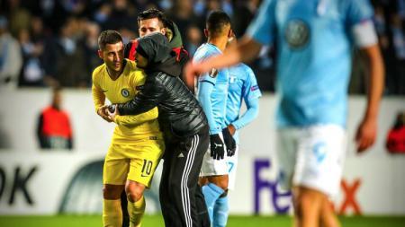 Momen ketika Eden Hazard diminta buka baju di laga Malmo vs Chelsea. - INDOSPORT
