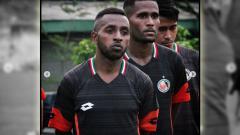 Indosport - Eks pemain Persipura Jayapura Boas Atururi yang bergabung ke Semen Padang.
