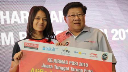 Alifia Intan (Juara Kejuaraan Nasional 2018) menerima bonus dari Djarum Foundation. - INDOSPORT