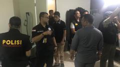 Indosport - Satgas Anti Mafia Bola melakukan penggeladahan di apartemen Joko Driyon