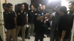 Indosport - Satgas Anti Mafia Bola melakukan penggeladahan di apartemen Joko Driyono.