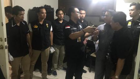 Satgas Anti Mafia Bola melakukan penggeladahan di apartemen Joko Driyon - INDOSPORT