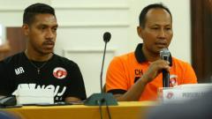 Indosport - Pelatih Perseru Serui, Choirul Huda saat konferensi pers.