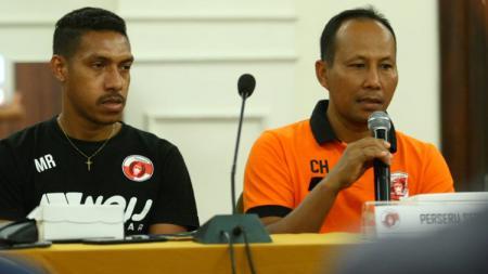 Pelatih Perseru Serui, Choirul Huda saat konferensi pers. - INDOSPORT
