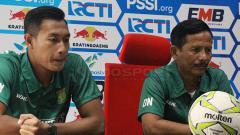 Indosport - Djadjang Nurdjaman dan Hansamu Yama saat konfrensi pers. Jumat (15/2/19).