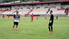 Indosport - Pelatih Persipura, Luciano Leandro saat memberikan arahan kepada Wallacer de Andrade Medeiros