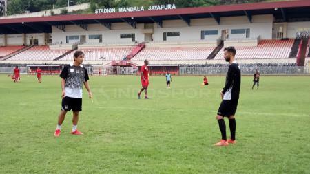 Pelatih Persipura, Luciano Leandro saat memberikan arahan kepada Wallacer de Andrade Medeiros. - INDOSPORT