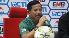 Indosport - Djadjang Nurdjaman memberikan keterangan kepada awak media tentang persiapan Persebaya. Jumat (15/2/19).