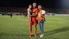 Indosport - Matias Conti bersama istri dan anaknya