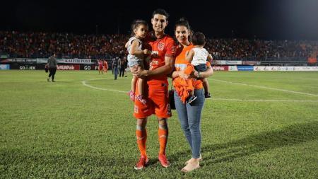 Matias Conti bersama istri dan anaknya di Liga 1 2019. - INDOSPORT