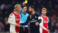 Indosport - Sergio Ramos (kanan) menyalami Kasper Dolberg pasca melakukan pelanggaran.